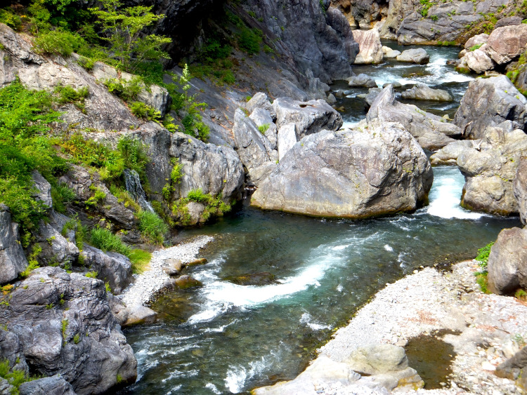 River currents winding through crags and boulders.