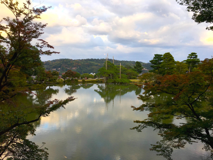 An overview of the large pond in Kenrokuen, facing the mountains.